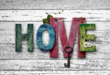 Tapety na ścianach – symbol mijającej epoki